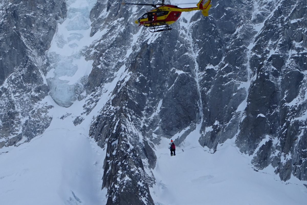 Notre blessé evacué au dessus du glacier de l'Argentière